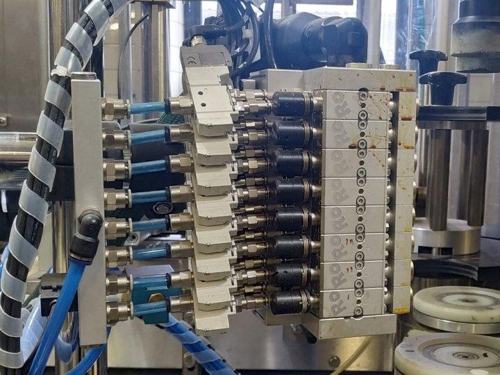Etiketování lahví s variabilním počtem spojů