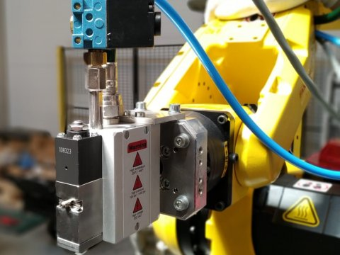 Roboterauftrag des Dispersionsklebstoffs